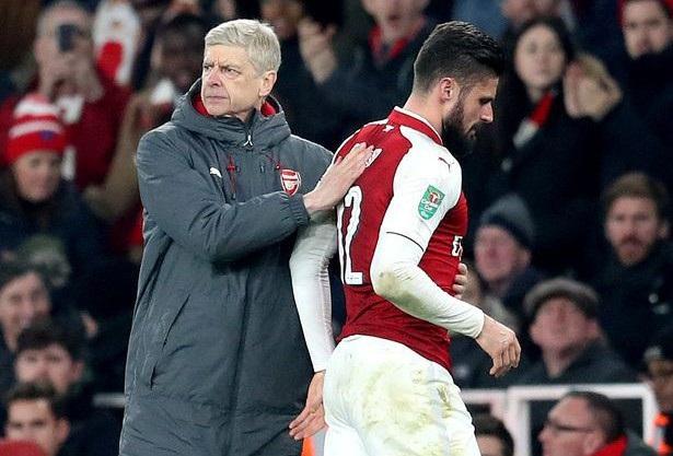 Wenger (trái) an ủi học trò sau khi Giroud phải rời sân vì chấn thương