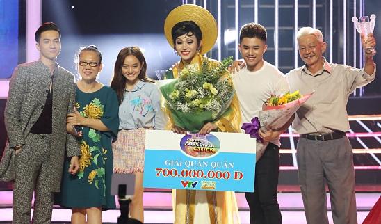 Jun Phạm hạnh phúc bên gia đình, bạn bè và người hâm mộ khi nhận được giải thưởng cao nhất trị giá 700 triệu đồng