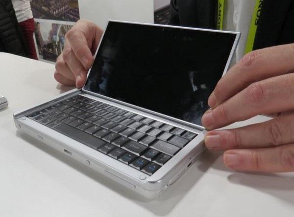 Người dùng có thể lật màn hình lên để sử dụng như một chiếc laptop