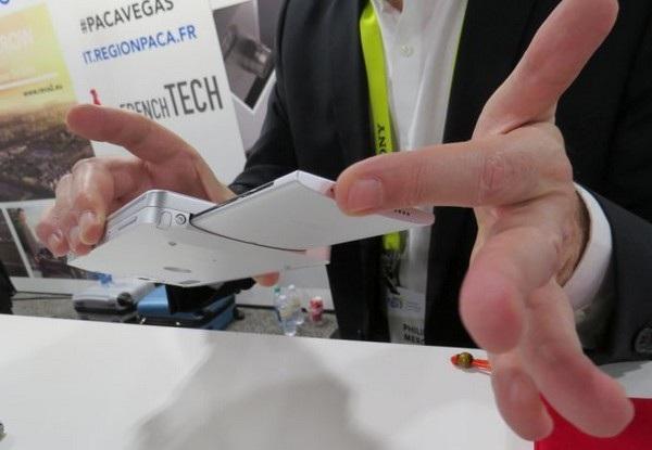 """Chiếc smartphone có thể tách rời khỏi thiết bị, được sử dụng như """"bộ não"""" cho máy tính bảng"""