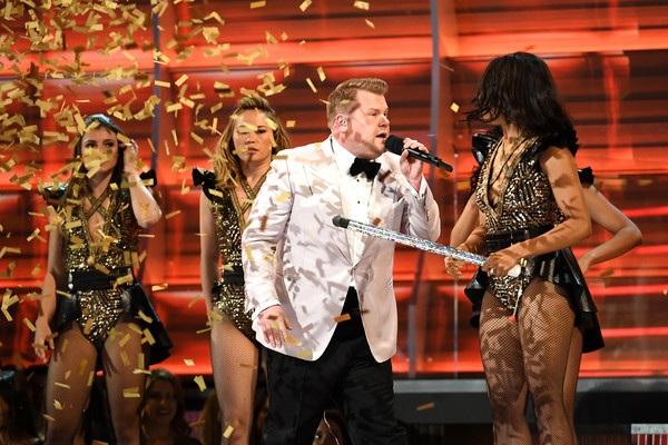 James Corden - MC chính thức của lễ trao giải Grammy năm 2017 đang tung hứng với các vũ công trên sân khấu.