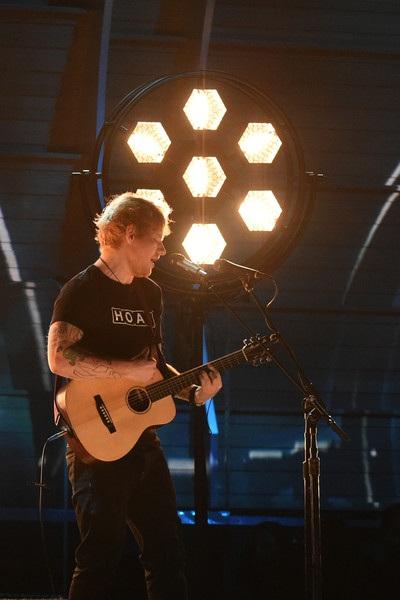 Ngôi sao 9X - Ed Sheeran trình diễn tại lễ trao giải Grammy năm 2017