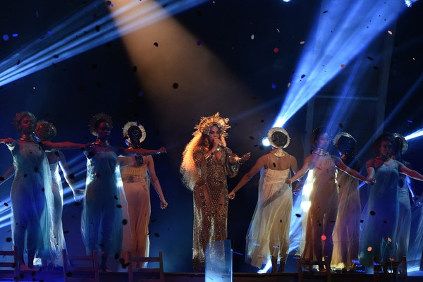 Phần trình diễn của Beyonces Knowles được cư dân mạng khen ngợi hết lời bởi vừa đẹp mắt vừa ấn tượng.