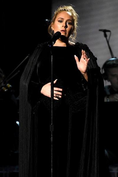 Adele trình diễn tưởng nhớ ngôi sao quá cố George Michael tại Grammy năm 2017.