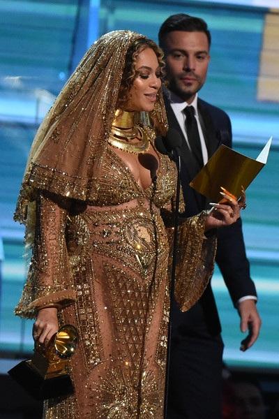 Beyonce Knowles cảm tạ người thân, người hâm mộ và đồng nghiệp khi nhận giải Album Urban của năm dành cho Lemonade tại Grammy 2017.