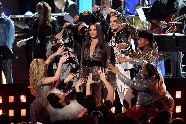 Demi Lovato trình diễn tại Grammy năm 2017.
