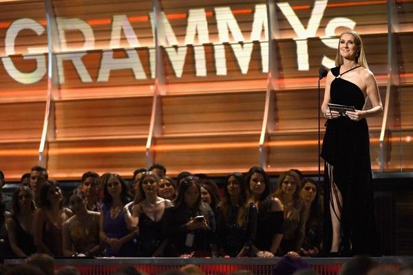 Celine Dion công bố giải thưởng Ca khúc của năm tại Grammy 2017.