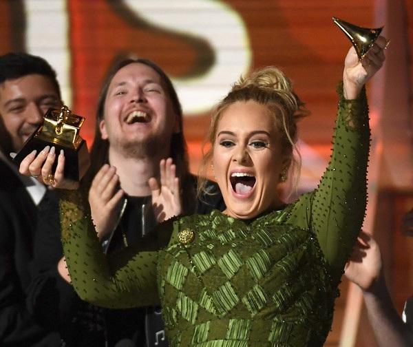 """Ngoài giải Album của năm, cô còn nhận giải Ghi âm của năm và Ca khúc của năm dành cho """"Hello"""". Khép lại đêm trao giải cô nhận tới 5 giải thưởng trong tổng cộng 6 đề cử của mình."""