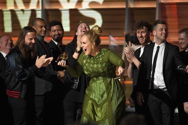 Dù chiếc cúp giải thưởng trên tay cô bị gẫy làm đôi nhưng Adele vẫn cười rất tươi.