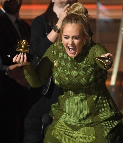 Nụ cười hạnh phúc của Adele khi nhận giải Album của năm cho 25 tại Grammy 2017, ngày 13/2.