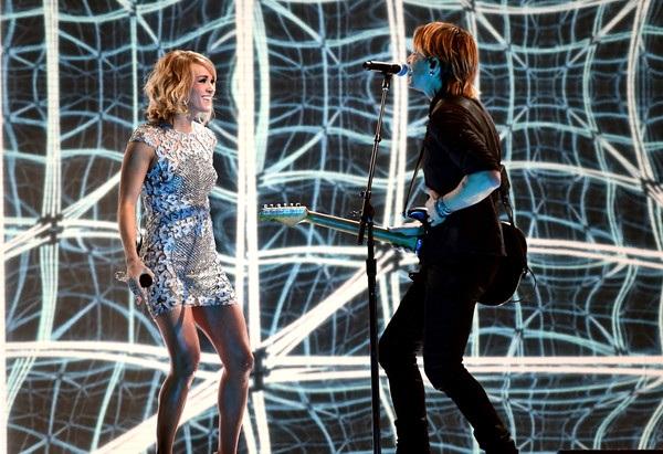 Hai ngôi sao nhạc đồng quê - Keith Urban và Carrie Underwood trình diễn trên sân khấu Grammy 2017.