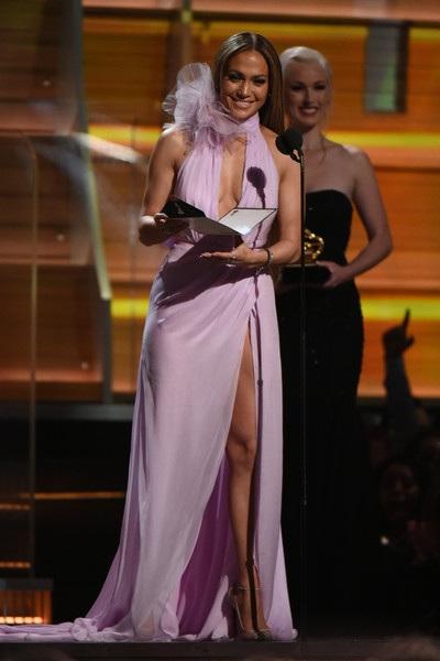 Jennifer Lopez quyến rũ trên sân khấu Grammy 2017 khi đảm nhiệm vai trò người công bố giải thưởng.
