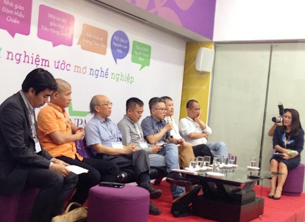 GS Ngô Bảo Châu và các chuyên gia đầu ngành hướng nghiệp cho học sinh phổ thông. (Ảnh: Lệ Thu)