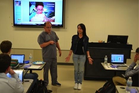 GS. Talarico đang hướng dẫn Gia Nguyên trong buổi học về tư thế giải phẫu và định hướng vị trí giải phẫu.