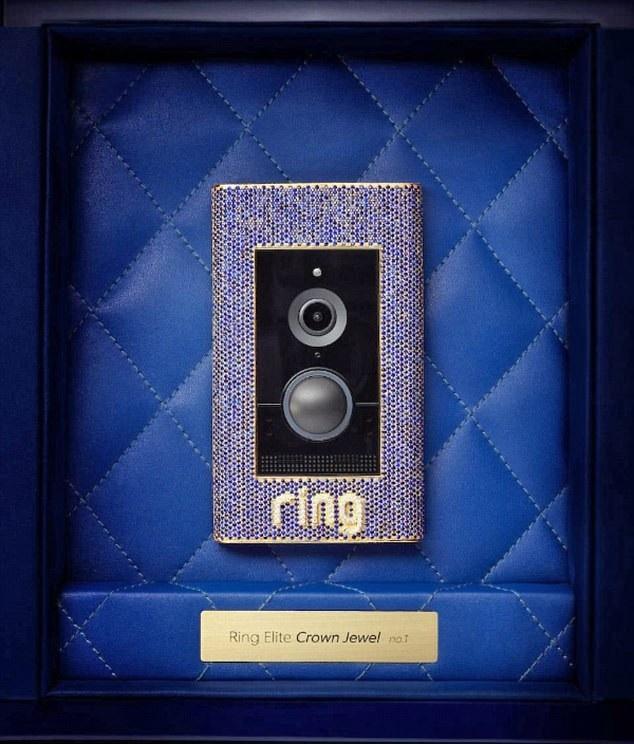 Chiếc chuông cửa được làm bằng vàng, đính ngọc và kim cương. (Nguồn: DM)