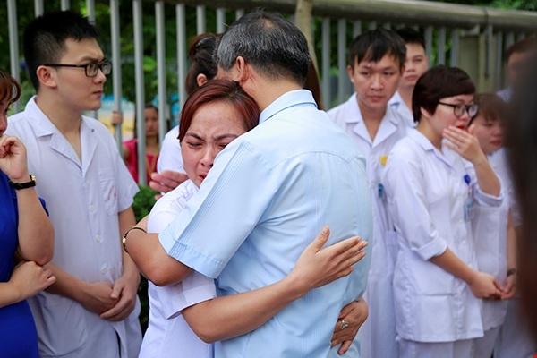 Sự bịn rịn của học trò khi tạm biệt người thầy đáng kính.