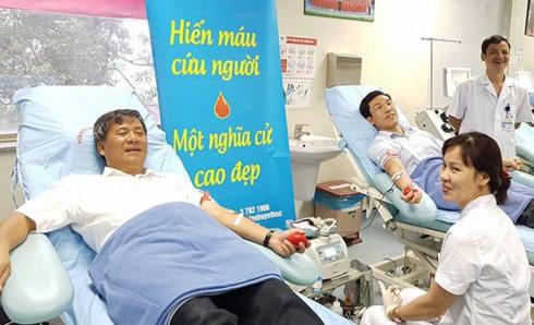 Lần hiến máu thứ 21, khi chỉ còn 2 ngày nữa GS Trí bước vào tuổi 60.