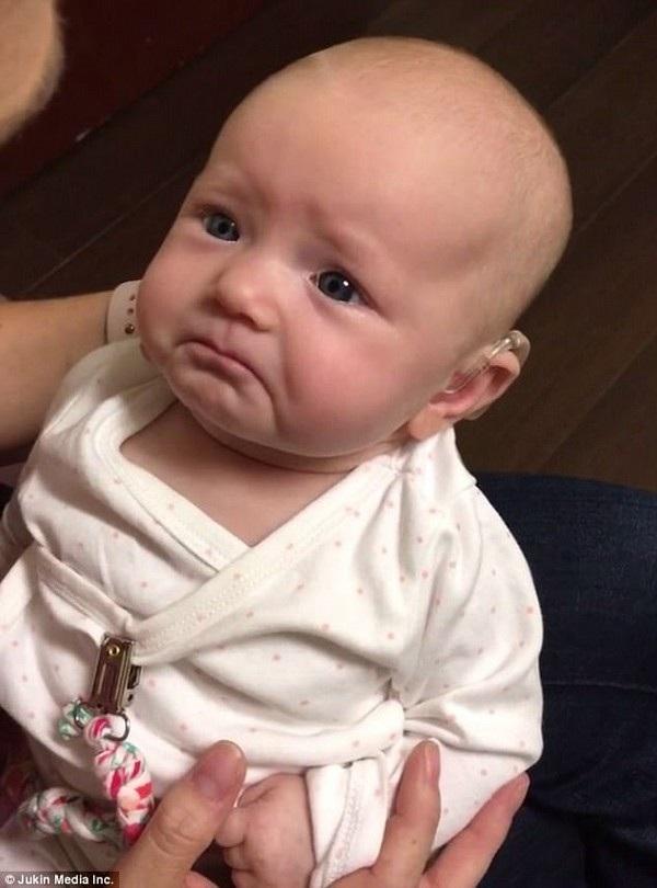 Vẻ biểu cảm đáng yêu, xúc động pha lẫn hạnh phúc, của em bé khi lần đầu tiên nghe thấy tiếng mẹ