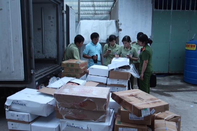 Cơ quan chức năng phát hiện hàng ngàn kg thực phẩm đông lạnh không rõ nguồn gốc của công ty Quốc Huỳnh