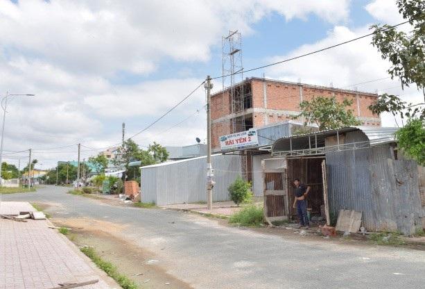 Hiện phần diện tích chưa được đền bù, hỗ trợ, chính quyền địa phương xây dựng nhiều công trình, ông Hương không hề ra ngăn cản
