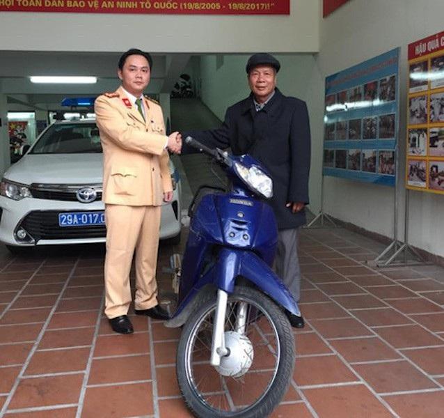 Trước đó, ông Hoàng Điều cũng xúc động nhận lại chiếc xe máy từ đại uý Nguyễn Tuấn Cường - Phó đội trưởng Đội CSGT số 2 Hà Nội.
