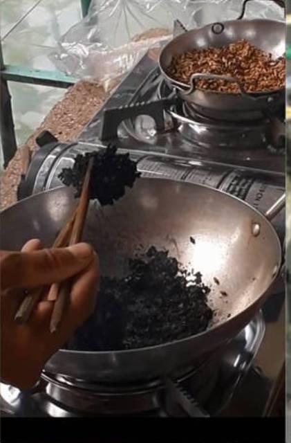 Gạo của anh H. sau khi rang bị cháy khét đen và sánh lại như thế này (ảnh chụp từ Clip của anh H.)