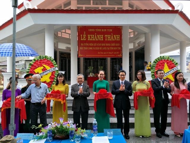 Phó thủ tướng Vũ Đức Đam và lãnh đạo tỉnh Kon Tum cắt băng khánh thành Bia tưởng niệm
