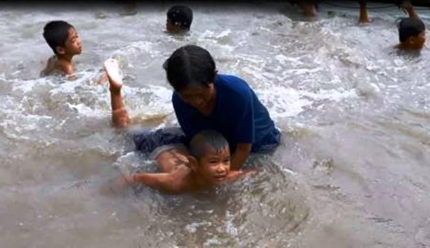 Những trẻ em chưa biết bơi, chỉ cần qua tay bà Sau Thia khoảng 1 tuần là các cháu đều bơi được