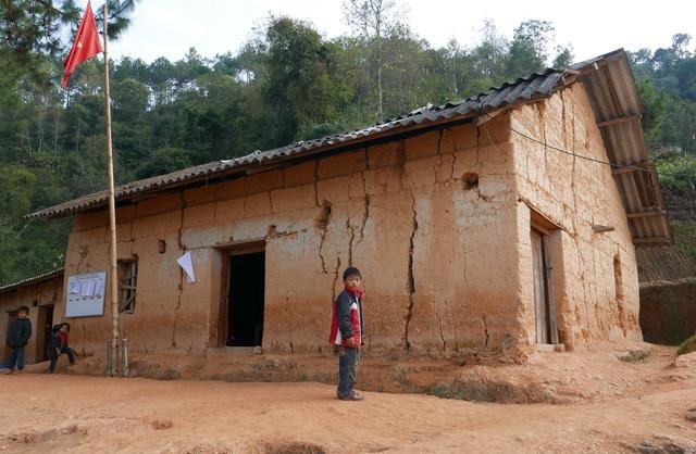 Phòng học của điểm trường Na Quang (xã Bát Đại Sơn, huyện Quản Bạ, tỉnh Hà Giang) được đắp bằng đất đã xuống cấp với nguy cơ đổ sập bất cứ lúc nào