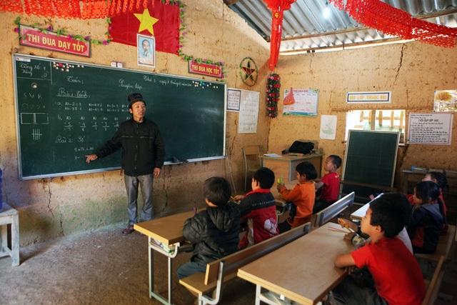 Việc dạy và học của thầy cô và học sinh không đảm bảo trong điều kiện lớp học tạm bợ, tối tăm