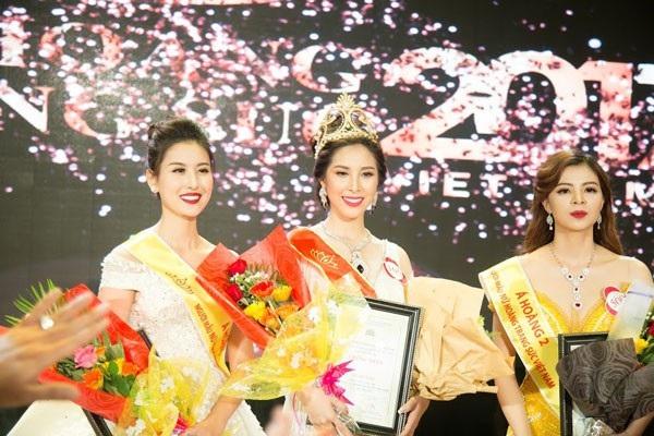 Người đẹp Nguyễn Thị Mỹ Duyên đến từ Bến Tre đã đăng quang trở thành Nữ hoàng Trang sức 2017. Ngoài ra, Á hoàng 1 thuộc về Bùi Thanh Hà của Hà Nội (bên trái) và Á Hoàng 2 là Vũ Thị Tuyết Nhung đến từ Buôn Mê Thuột.