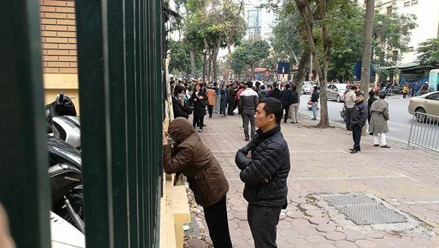 Người dân đứng ngoài cổng theo dõi