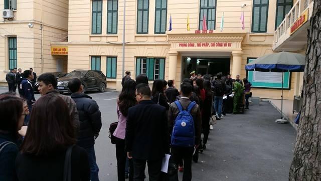 Hàng người dài được kiểm tra an ninh trước khi vào phòng xử án