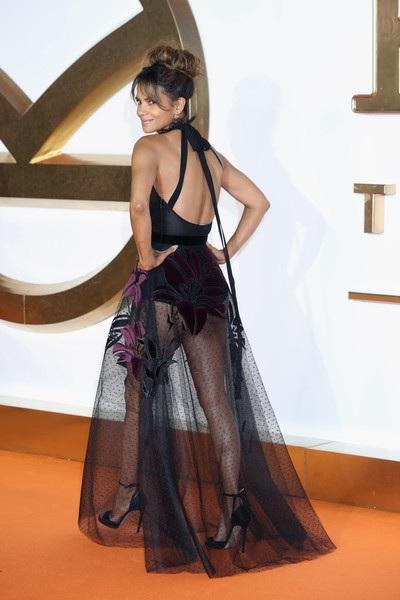 Nữ diễn viên 51 tuổi khoe dáng gợi cảm trong bộ váy xuyên thấu