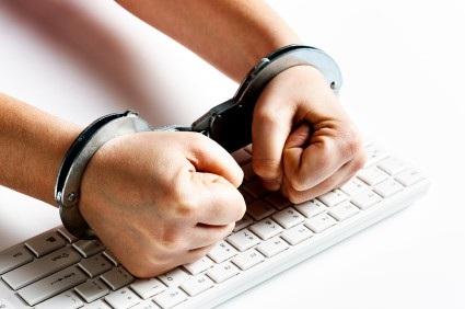 Konrads Voits tấn công hệ thống máy tính của nhà tù để giúp bạn mình được tự do, nhưng bản thân người này phải vào tù vì hành động đó