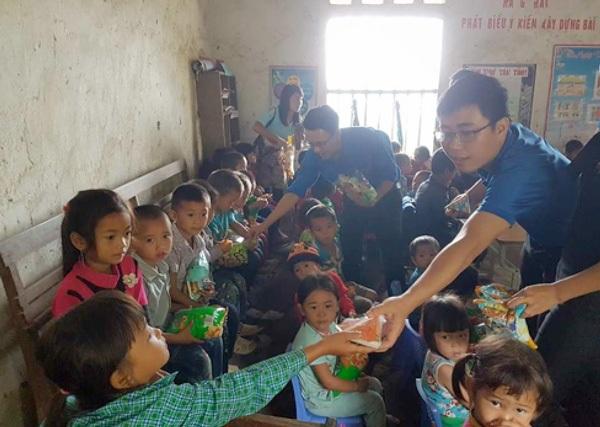 Đại diện cho nhóm vận động gây quỹ tặng nhiều phần quà cho các em học sinh tại Khâu Táo, Hà Giang