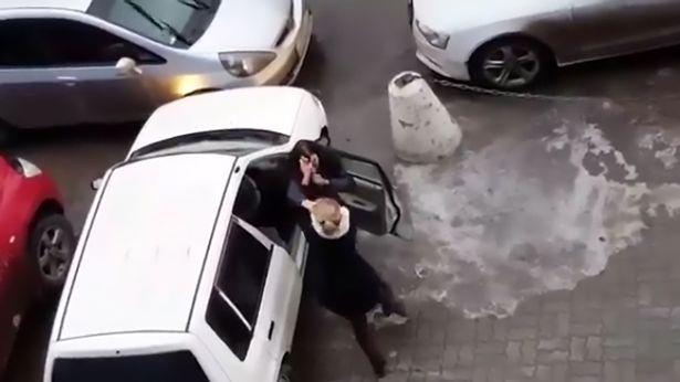 Bóng hồng đại chiến giành chỗ đậu xe - 2