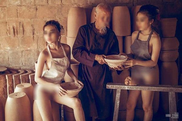 Hình ảnh hai cô gái và ông lão ở lò gốm gây tranh cãi (Ảnh internet).