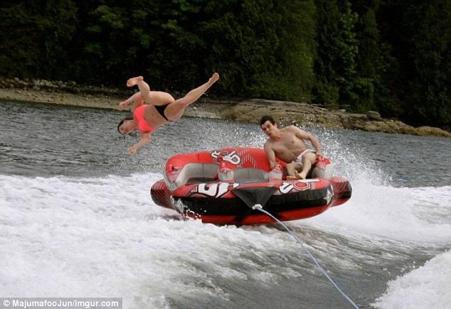 Trò lướt sóng tốc độ cao khiến một nữ du khách bị văng khỏi thuyền. Ấn tượng hơn cả khi máy ảnh kịp chụp đúng thời khắc đó.