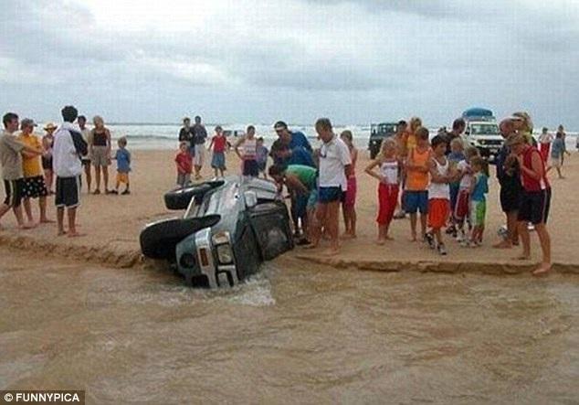 Sự cố bất ngờ xảy ra khi chiếc xe bị lật đổ trên đảo Fraser, Australia, rồi chìm vào bãi cát.