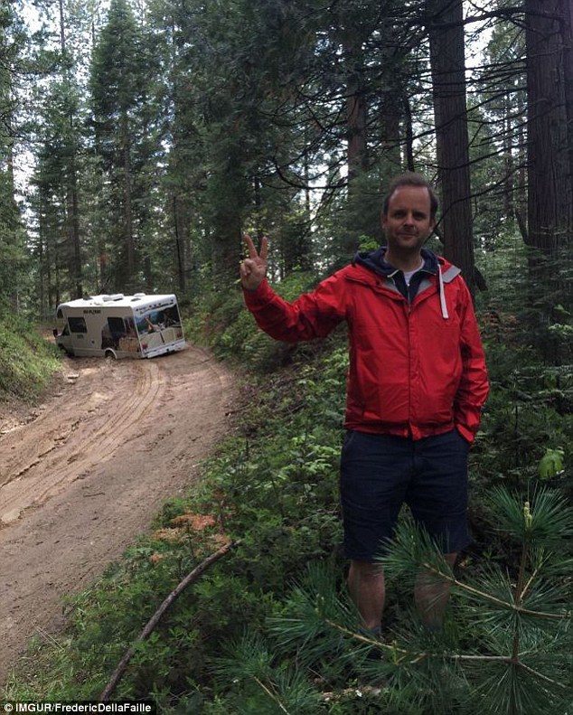"""Một vị khách đăng tải hình ảnh chiếc xe mắc kẹt trong bùn lầy kèm theo lời chú thích: """"Cảm ơn sự chỉ dẫn của Google Map""""."""