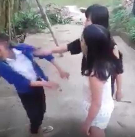 2 nữ sinh P.T.T.N, C.T.N.A. (bên phải) đánh vào mặt em Nh.