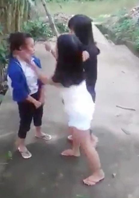 Em Nh. (áo xanh) không phản kháng lại trước những cú tát tai vào mặt của 2 đàn chị