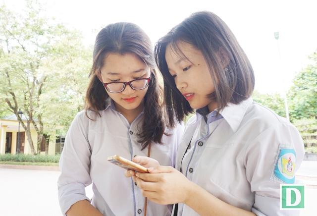 Phương Uyên và Hồng Nhung kiểm tra lại điểm thi của mình