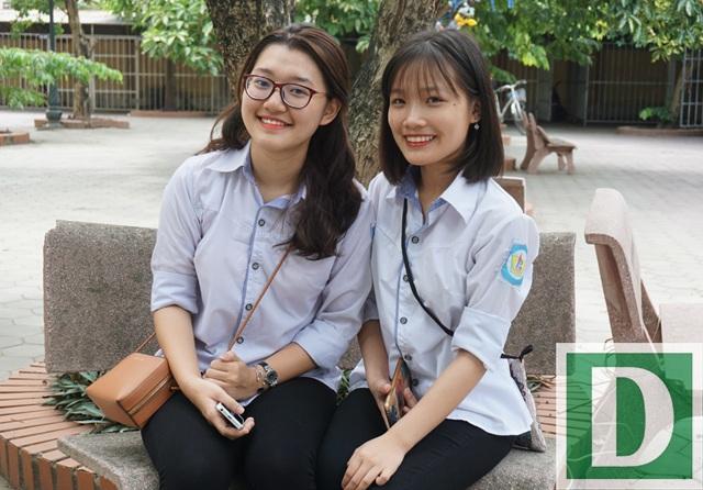 Em Đậu Vĩnh Phương Uyên (bên trái) và Lê Thị Hồng Nhung đều đạt 9,75 điểm thi môn Ngữ văn kỳ thi THPT quốc gia 2017