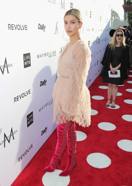 Bạn gái cũ của Justin Bieber diện bộ váy ren hồng ngọt ngào và quyến rũ. Cô kết hợp với bốt cao cổ da thuộc khá sành điệu