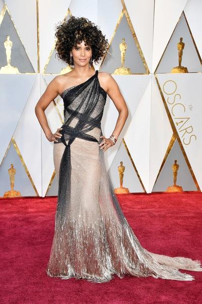 Halle Berry diện bộ váy rất đẹp của Atelier Versace