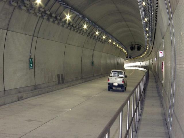 Dự án hầm đường bộ qua đèo Cả có tổng chiều dài dự án là hơn 13km; trong đó hầm Đèo Cả dài hơn 4km, hầm Cổ Mã dài 500m. Tổng mức đầu tư dự án là gần 11.400 tỷ đồng. Theo dự kiếm vào ngày 21/8, hầm đường bộ Đèo cả sẽ chính thức thông xe. Các phương tiện khi đi qua hầm sẽ được miễn phí đến ngày 3/9. (Ảnh: Trung Thi)