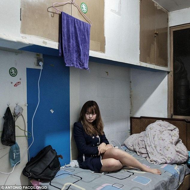 Cô sinh viên trẻ 23 tuổi trong căn phòng của mình
