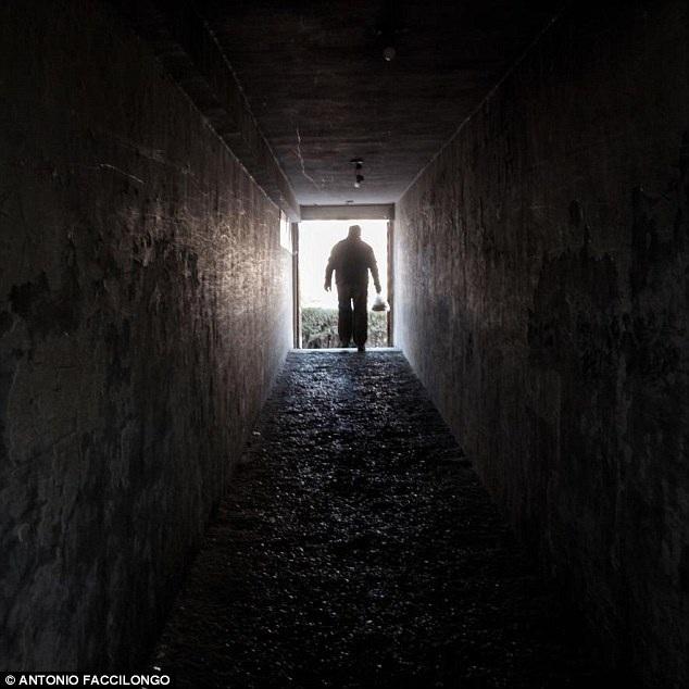 Một người dân đang bước ra khỏi hầm trú bom để lên mặt đất